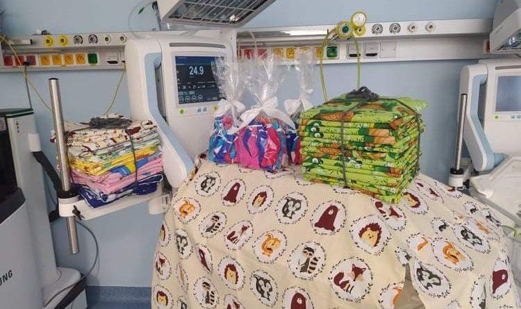 Předání čepiček a přehozů na inkubátory do FN HK